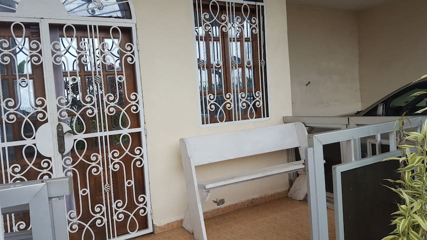 Spacious veranda with a spacious furnished interior with 3 bedrooms, a kitchen, a parlor and 2 bathrooms. Also included is secured parking.