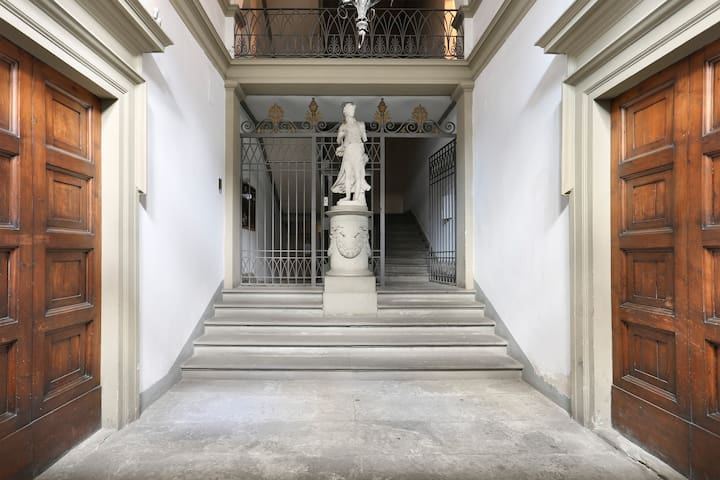 Ghibellina. Large aparment  heart of Florence
