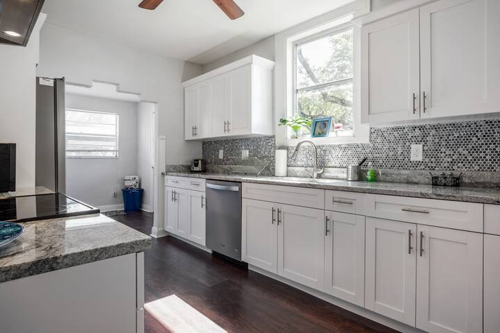 Renovated West Tampa Bungalow, 5 Mins To Stadium!