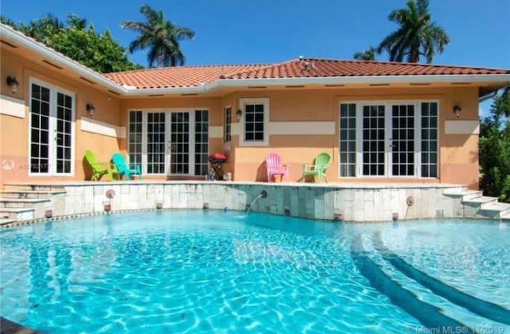 Dlx Villa, 5 bedrooms, pool, spa, 5 mins to beach