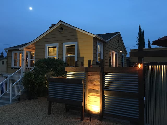 Silverado Trail House: Walk to Downtown Napa