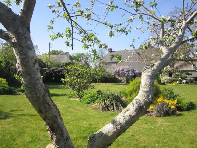 Maison à la campagne avec jardin, à 20kms plage - Querrien - Rumah liburan