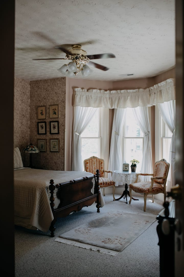 McIllvaine Room - Black Squirrel INN
