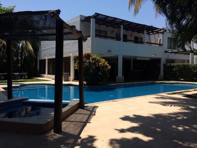 Hermosa casa de playa en condominio seguro - Puerto San José - Huis