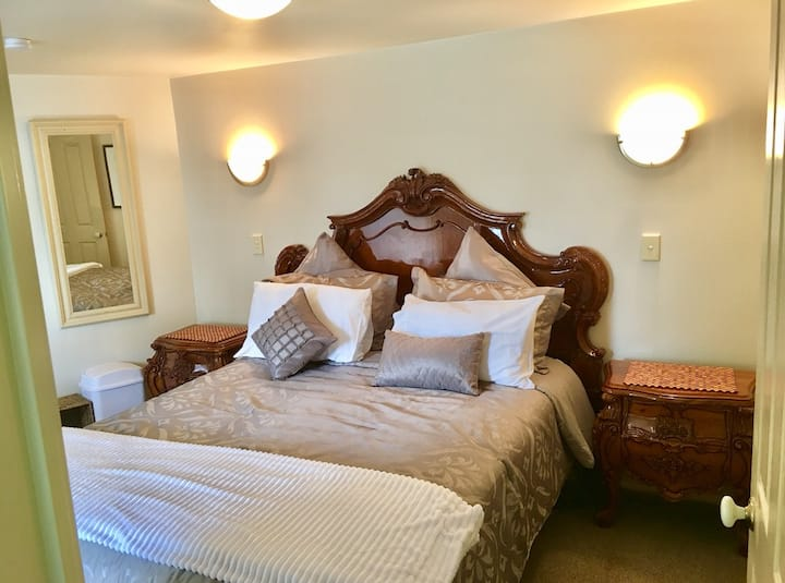 HIDDEN GEM Bedroom B (Master-ensuite)NEAR AIRPORT
