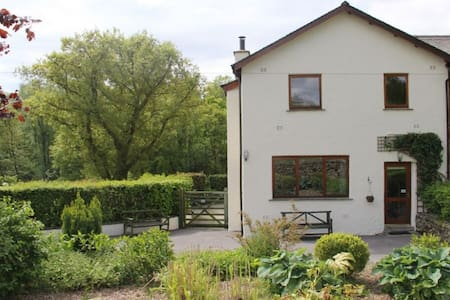 GREENBANK COTTAGE, Winster, Nr Windermere - Casa