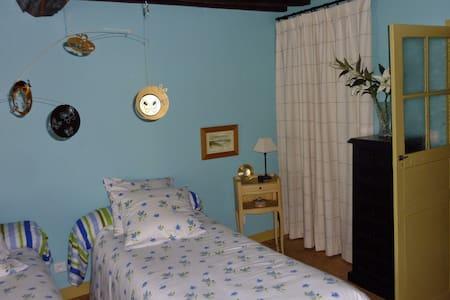Chambre dans une ancienne auberge - La Forêt-Auvray