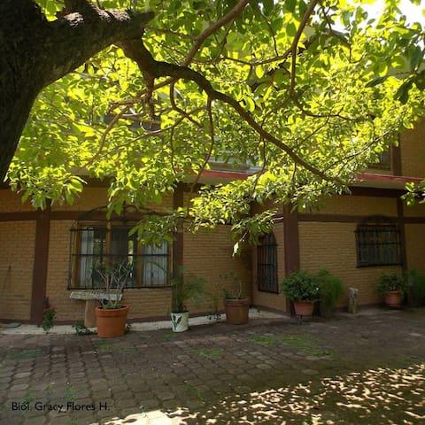 Vista de la casa del Rancho Colibritzin, patio lateral.