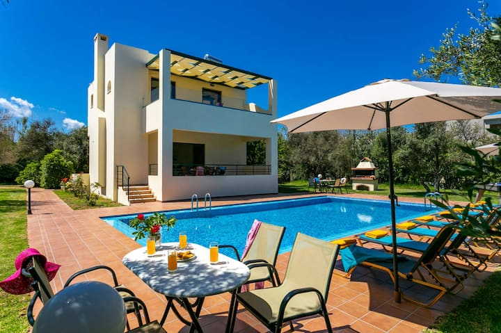 Villa Ilos, 4 bedrooms with heated pool