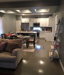 New-modern 2br 1bath. 2car garage. - Huntington - Dom