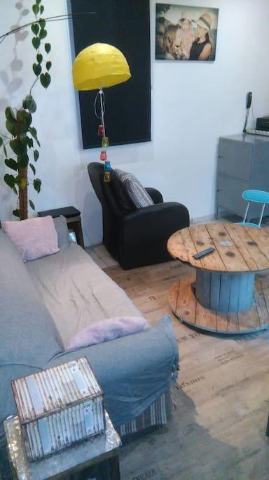 Le salon donne accès sur un petit patio