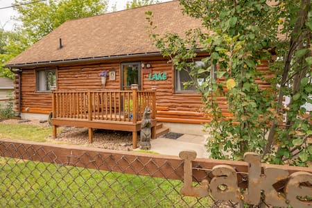 Log Shores Hideaway in the heart of Twin Cities