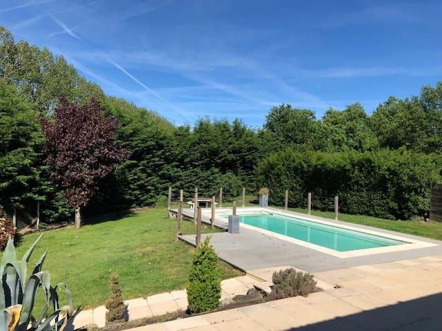 Maison au calme, agréable, avec piscine privative.