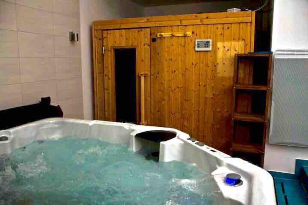 L'espace balnéo, spa & sauna privatifs en accès libre et à discrétion.