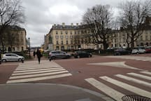 Place Hoche vers rue commerçante Hoche square next to the apartement close to shops