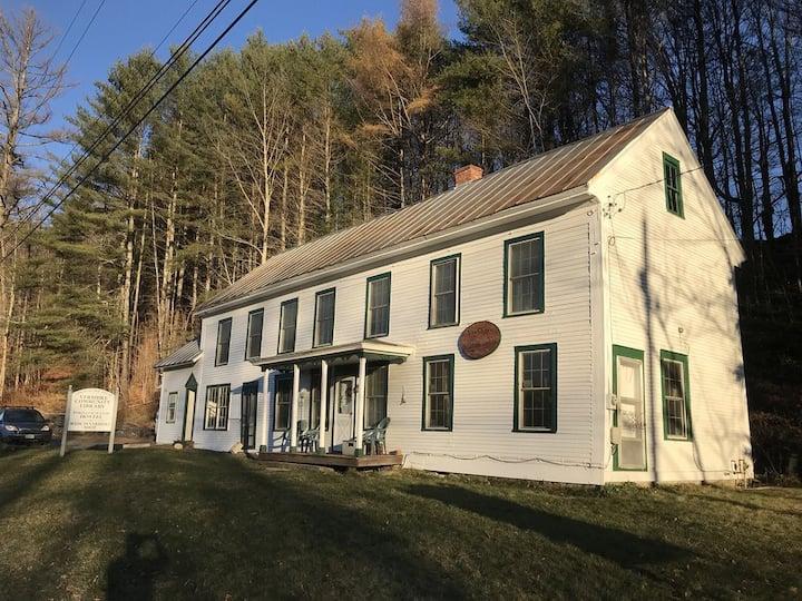 Historic Stagecoach Stop Hostel (3 single beds)-B