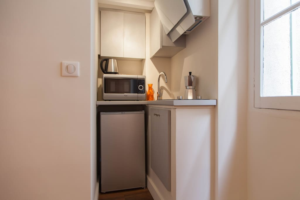 In the kitchen: Double hotplates, Hood, microwaves, fridge, coffee, tea..