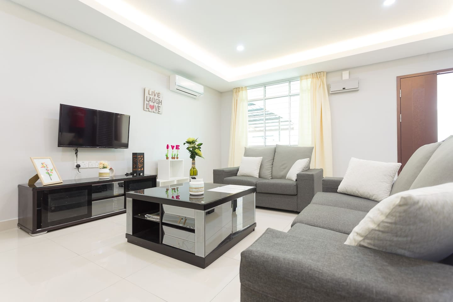 Our 35 square meter living room will make sure everyone able to gather and have fun together. 宽敞,舒适的大厅都具备应有的东西(转换插头,吹风机)。