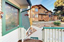 Nestled in the Whispering Forest, this rental offers easy access to Big Bear Lake, ski slopes, and shopping.