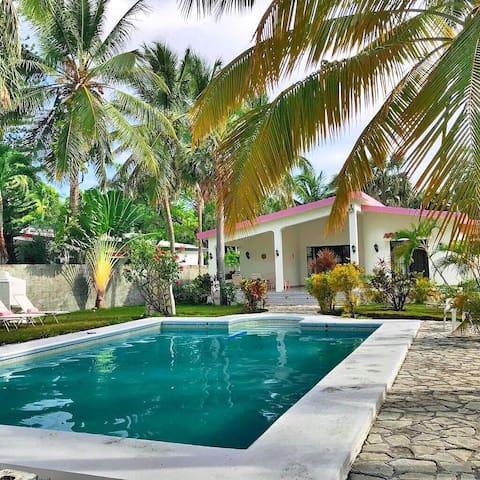 Hermosa casa con piscina y frente al mar, Bani, RD