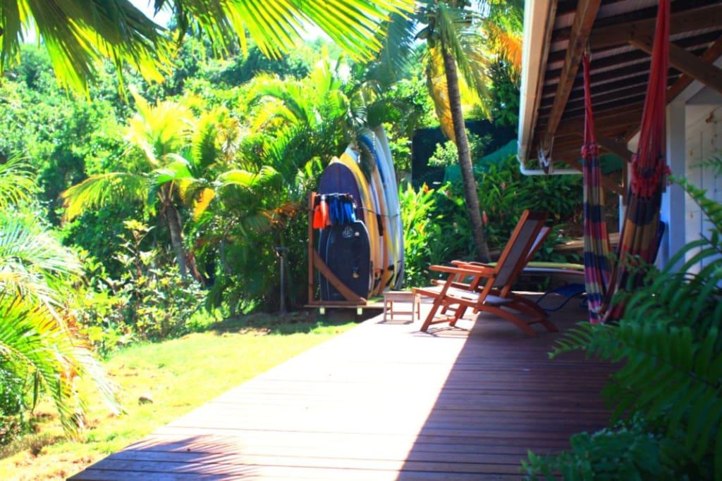 L'espace commun, terrasse en bois vue mer