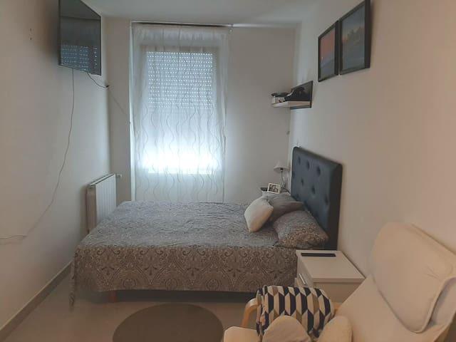 Habitación con ambiente familiar y cercano incluid