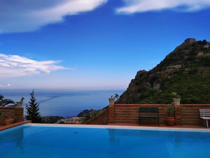 Camere con  vista mare e castello di Taormina
