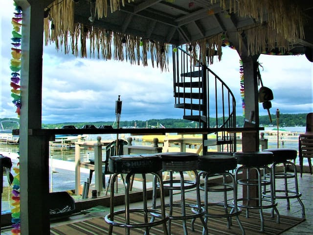 Lakefront, dock, walk to marina and restaurants!