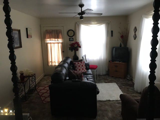 Lansing House close to Airport