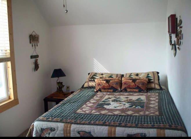 2nd Upstairs Bedroom (Queen)