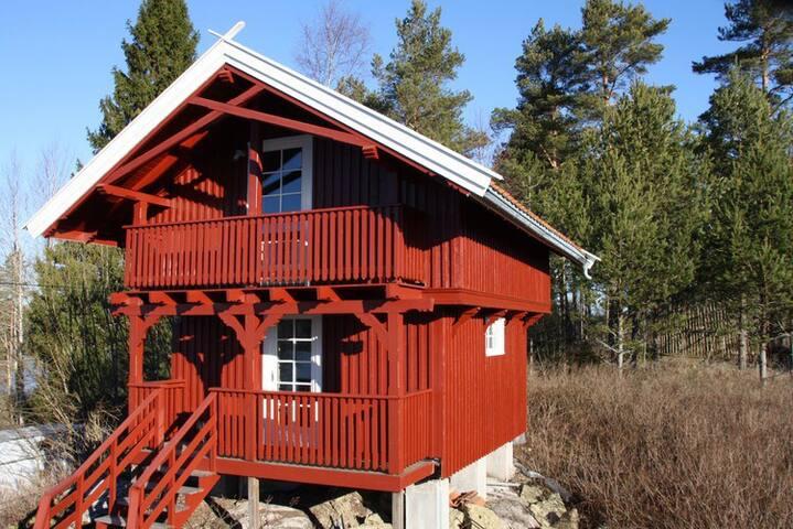 Koselig stabbur ved idyllisk innsjø - Setskog
