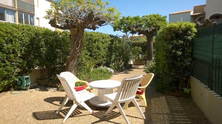 Rez de jardin, 2 min de la plage Richelieu, parking. Cap d'Agde