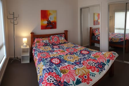Cozy private room with en suite 20min from airport