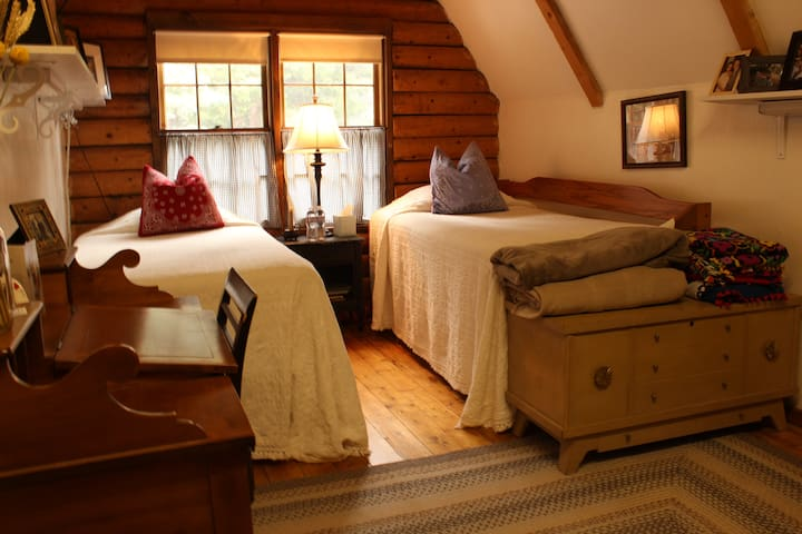 Rent this 3 Twin Bed Room in Our Cozy Log Cabin - Twin Peaks - Bed & Breakfast