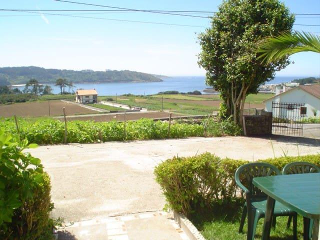 Apartamento con jardín, vistas directas al mar.