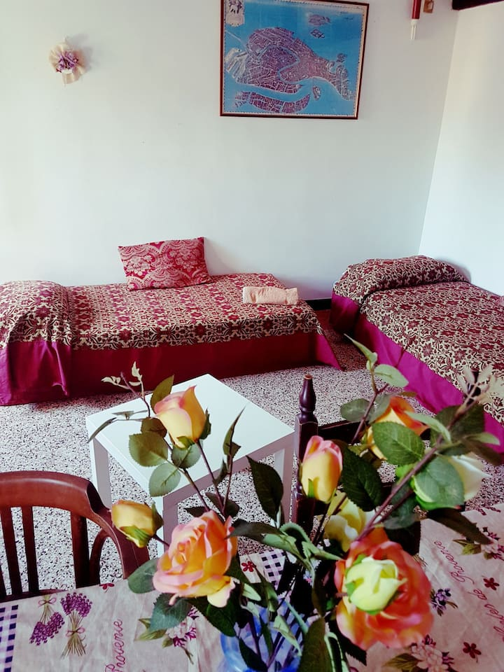 3 room with 2 single beds