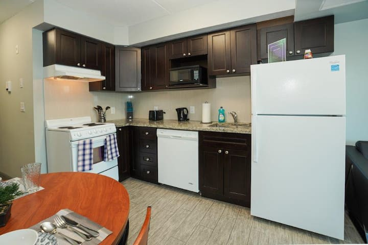 Downtown Waterloo Sunview Suites With Private Patio