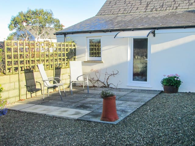 TY GWENNOL BACH, with a garden in Dinas Cross, Ref 967750