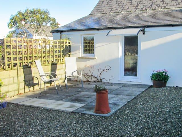 TY GWENNOL BACH, with a garden in Dinas Cross, Ref 967750
