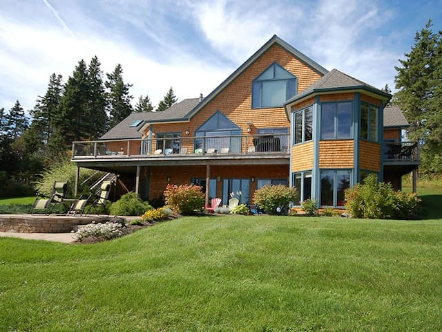 Executive Rental Waterfront Home. 5 bedrooms.,  Cleaning services.