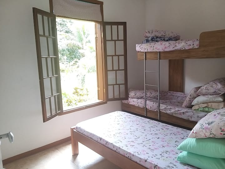 Quarto inteiro 3 camas Casa de Praia Paradisíaca