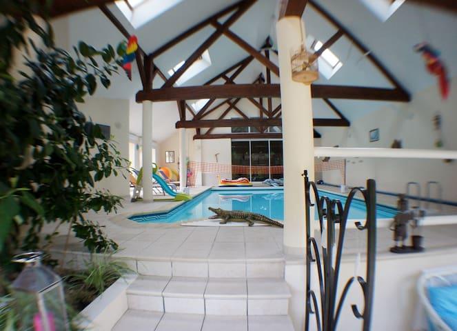 Gite, piscine couverte, accès direct de la maison.