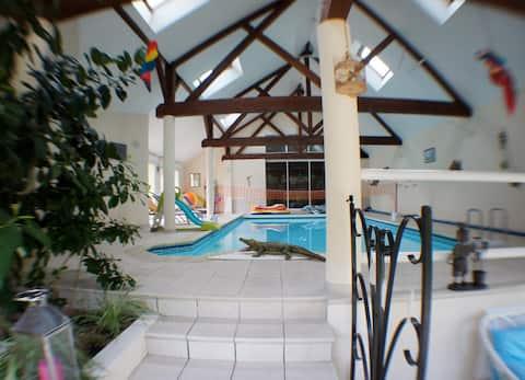 Casa rural, piscina cubierta, acceso directo a la casa.