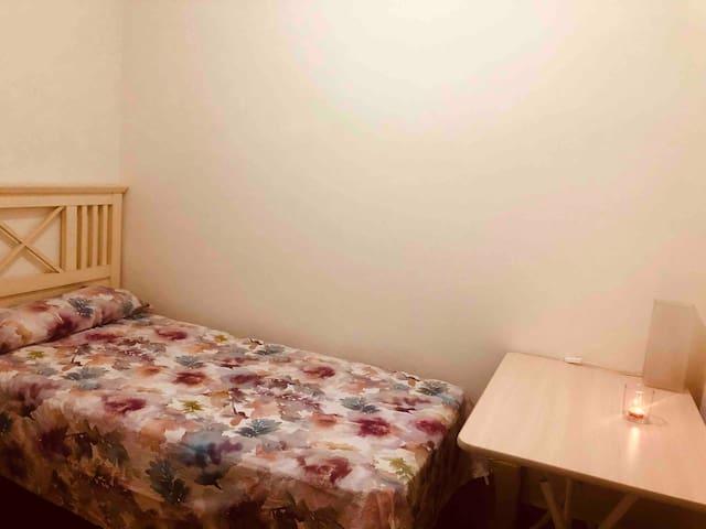 Pequeña habitación, confortable e ideal. 1 persona