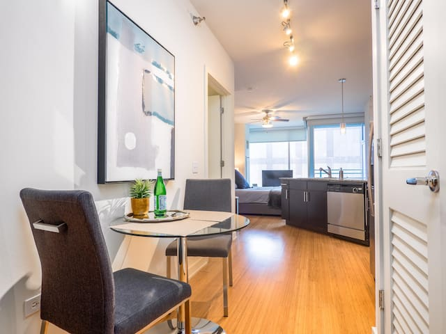 Seaport Luxe Condo Studio 1F