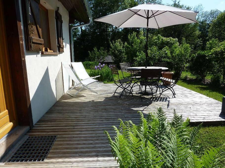 La terrasse : verdure, calme, transats et absence de vis-à-vis