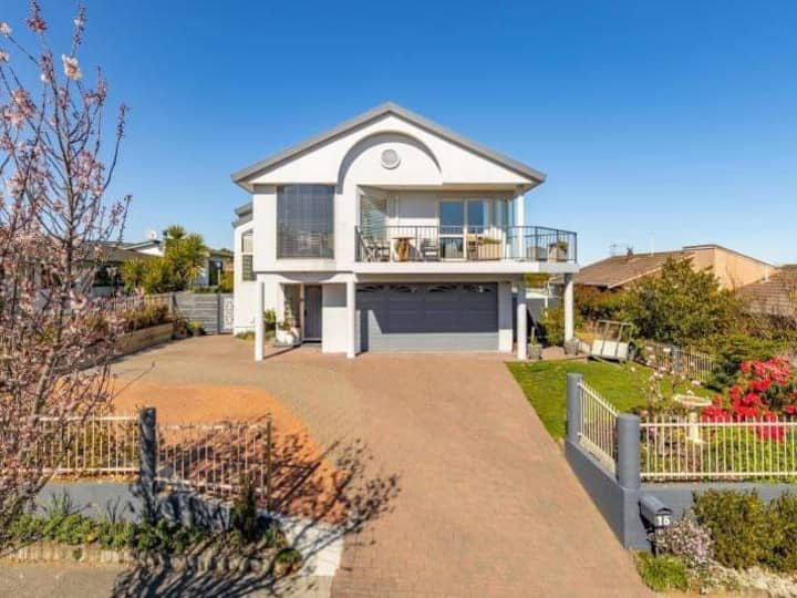 Modern, spacious & central with stunning lake views