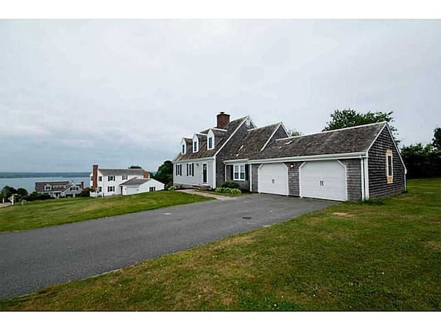 Costal Retreat with Amazing Water View - Portsmouth - Huis