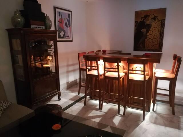 Bar et vaisselier d'époque, tous deux rétroéclairés. Le bar peut servir aussi bien de comptoir, de salle à manger que de table de travail