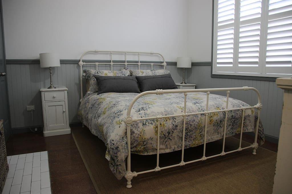 Main queen bedroom